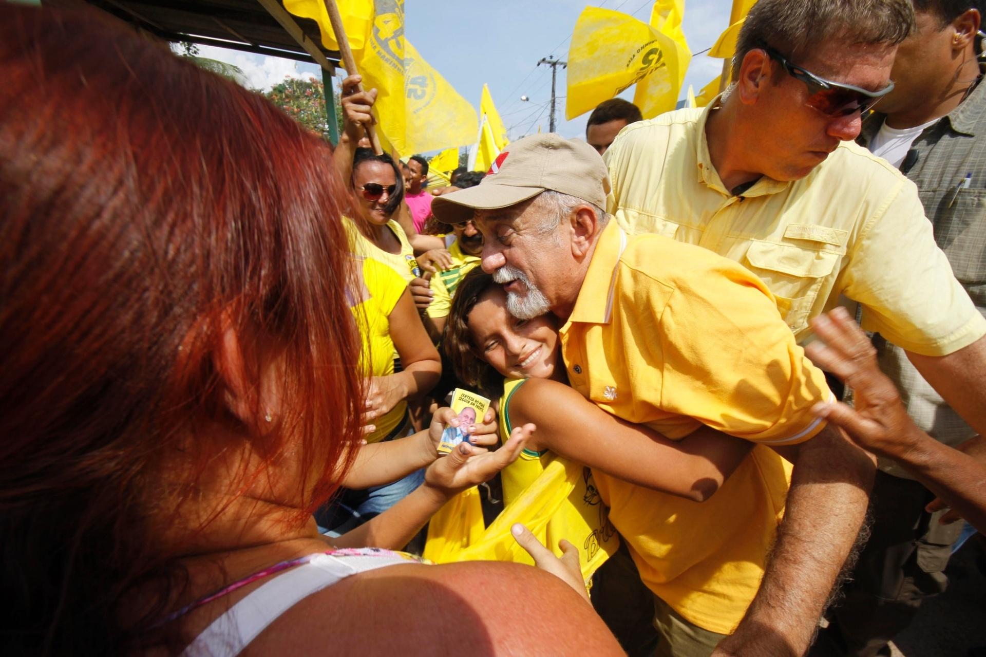 23.out.2014 - Criança abraça o governador e candidato à reeleição pelo PSDB, Simão Jatene, durante ato de campanha no município de Baião, na quarta-feira (22)