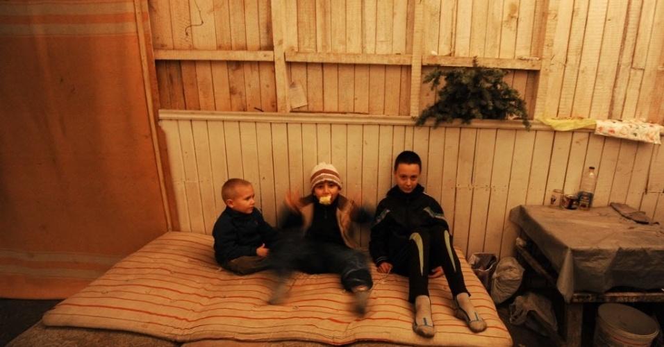 23.out.2014 - Crianças sentam em sofá de um abrigo onde pessoas se alojam na busca de refúgio dos bombardeios constantes em Petrovski, próximo a Donetsk, na Ucrânia, nesta quinta-feira (23). No próximo domingo (26), a Ucrânia realizará suas primeiras eleições legislativas desde a mudança de poder, ocorrida em fevereiro, imersa em um conflito armado no leste do país, onde os separatistas pró-Rússia boicotarão a votação nas regiões em seu controle