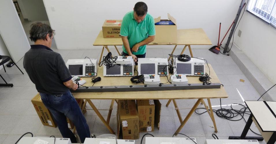 23.out.2014 - Funcionários do Tribunal Regional Eleitoral da Primeira Zona, na região central de São Paulo, fazem testes em urnas eletrônicas que serão usadas na votação no domingo (26)