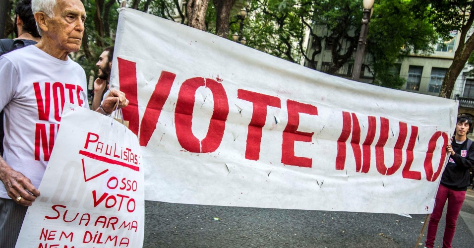 23.out.2014 - Manifestantes fazem ato pelo voto nulo na praça da Sé, no centro de São Paulo, na tarde desta quinta-feira (23)