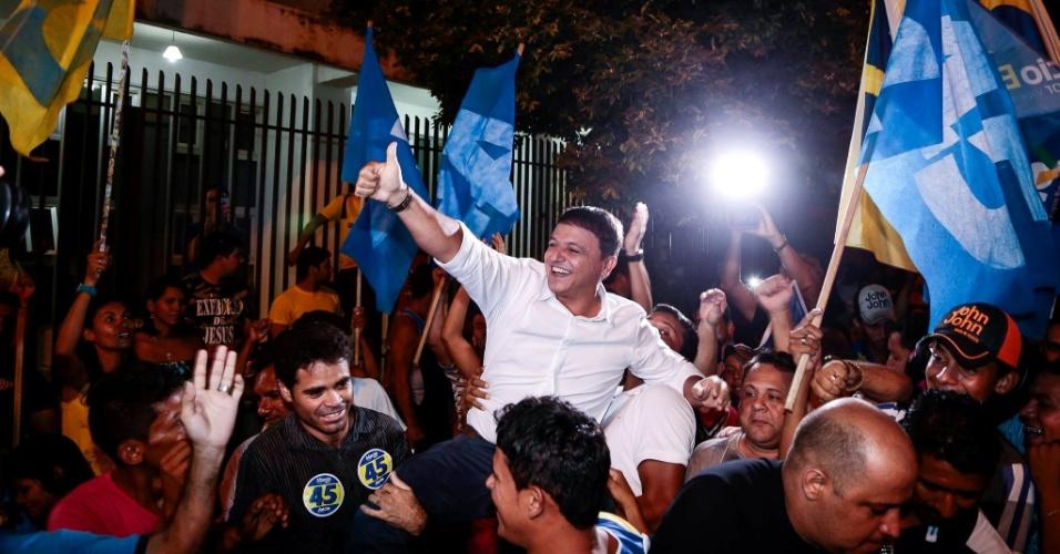 23.out.2014 - O candidato ao governo do Acre Márcio Bittar (PSDB) é recebido por militantes do seu partido ao chegar à TV Gazeta para participar de um debate