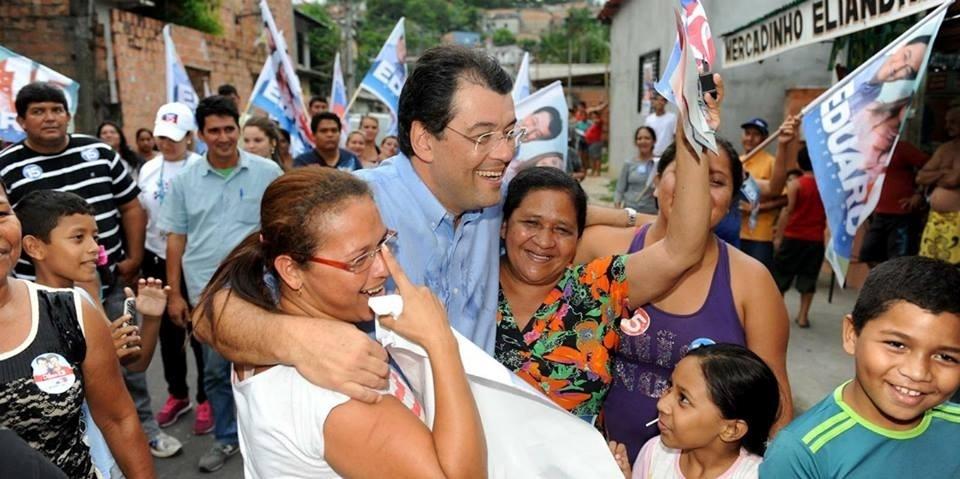 23.out.2014 - O candidato ao governo do Amazonas Eduardo Braga (PMDB) faz caminhada no bairro de Petrópolis, em Manaus, e tira fotos com eleitores