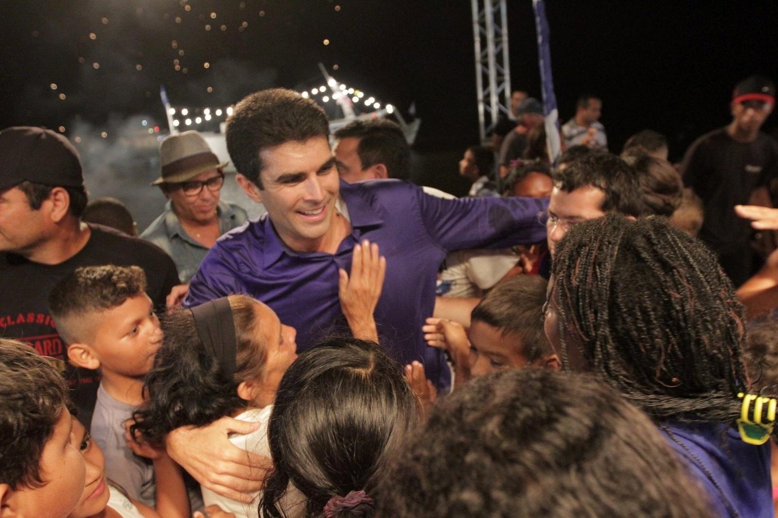 23.out.2014 - O candidato ao governo do Pará pelo PMDB, Helder Barbalho, é cercado por crianças durante comício em Belém, na quarta-feira (22)