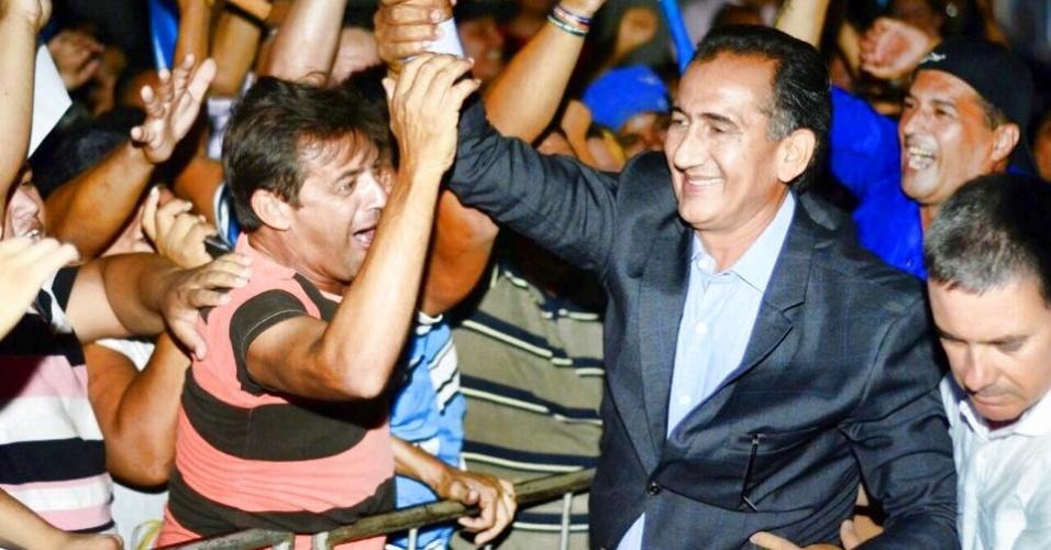 23.out.2014 - O candidato do PDT ao governo do Amapá, Waldez Góes é recebido por eleitores na saída da rádio Diário FM, onde participou de um debate