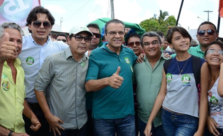 23.out.2014 - O candidato do PMDB ao governo do Rio Grande do Norte, Henrique Alves (ao centro), posa para foto com eleitores durante ato de campanha em bairros centrais de Natal, na quarta-feira (22)
