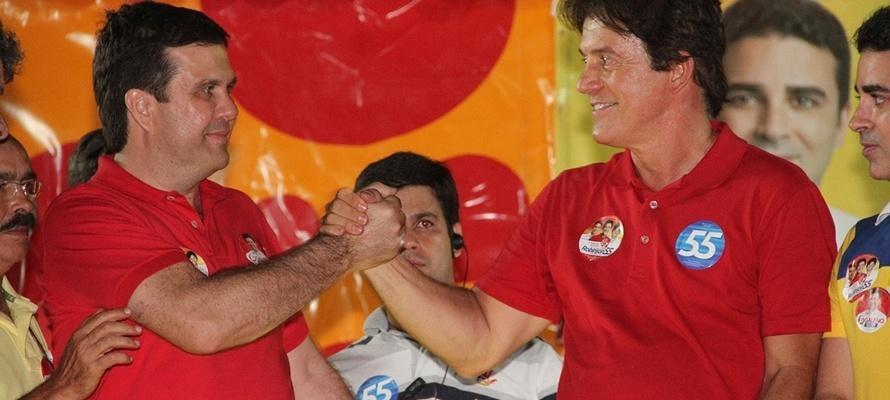 23.out.2014 - O candidato do PSD ao governo do Rio Grande do Norte, Robinson Faria (à esq.), participa de comício ao lado do deputado estadual eleito Galeno Torquato (PSD)