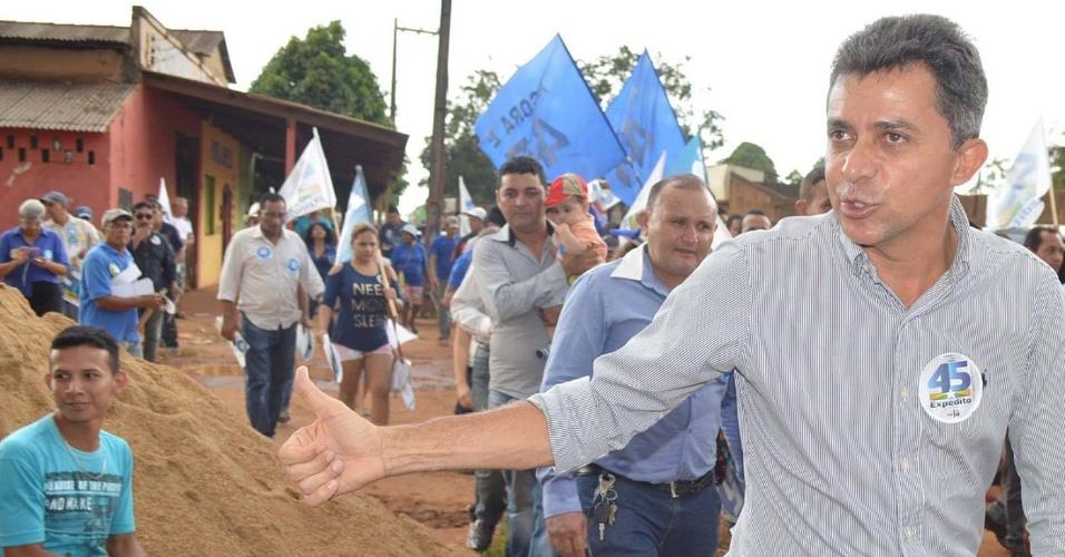 23.out.2014 - O candidato do PSDB ao governo de Rondônia, Expedito Júnior, faz caminhada de campanha na zona leste de Porto Velho, na quarta-feira (22)