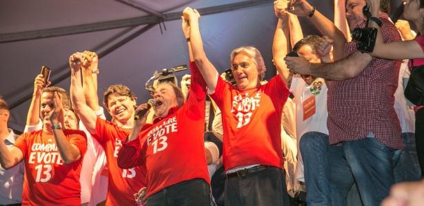 Em 2014, o então candidato do PT ao governo do MS, Delcídio do Amaral (à dir.), faz campanha em Campo Grande ao lado do ex-presidente Luiz Inácio Lula da Silva
