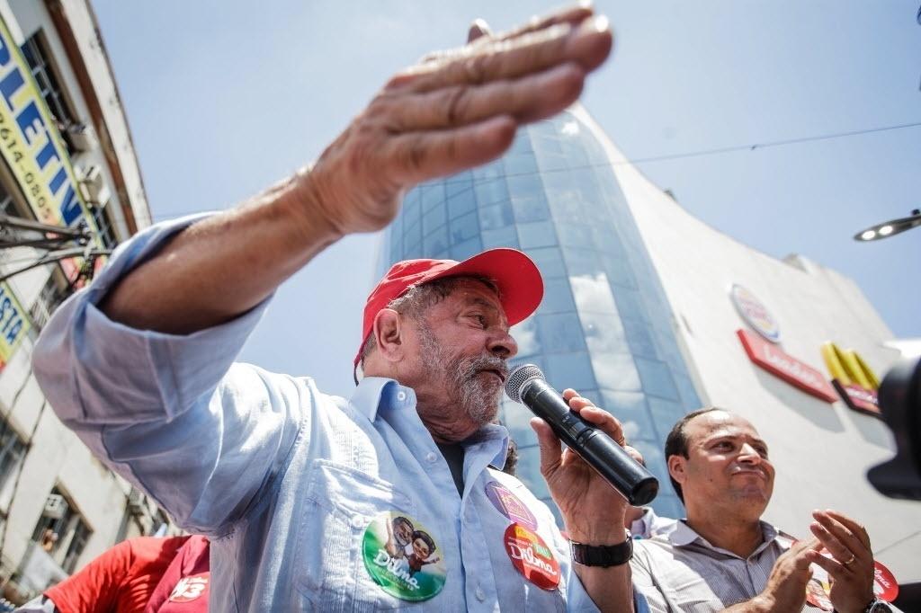 23.out.2014 - O ex-presidente Luiz Inácio Lula da Silva faz campanha para a presidente e candidata à reeleição, Dilma Rousseff (PT), em São Gonçalo, na região metropolitana do Rio de Janeiro