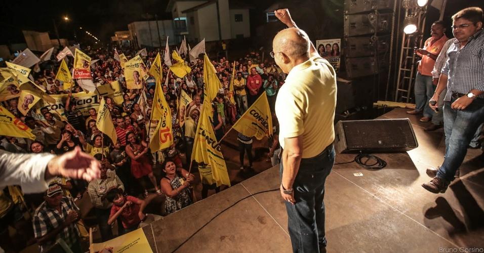 23.out.2014 - O governador e candidato à reeleição pelo PMDB, Confúcio Moura, faz carreata e comício para eleitores na cidade de Vilhena, na noite de quarta-feira (22)