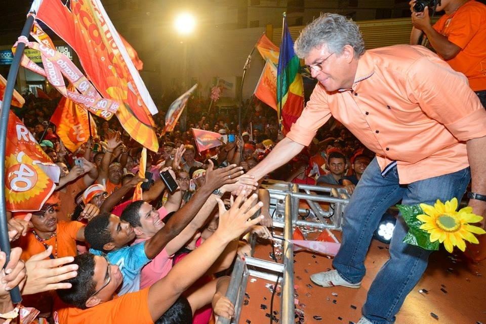 23.out.2014 - O governador e candidato à reeleição pelo PSB, Ricardo Coutinho, é cumprimentado por eleitores durante comício em João Pessoa, na quarta-feira (22)