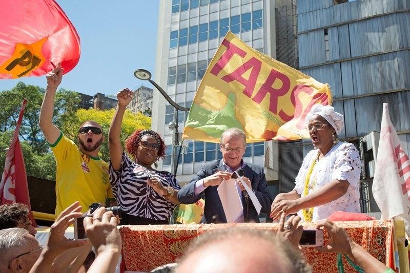 23.out.2014 - O governador e candidato à reeleição pelo PT, Tarso Genro (ao centro), participa de evento com a comunidade negra no centro de Porto Alegre