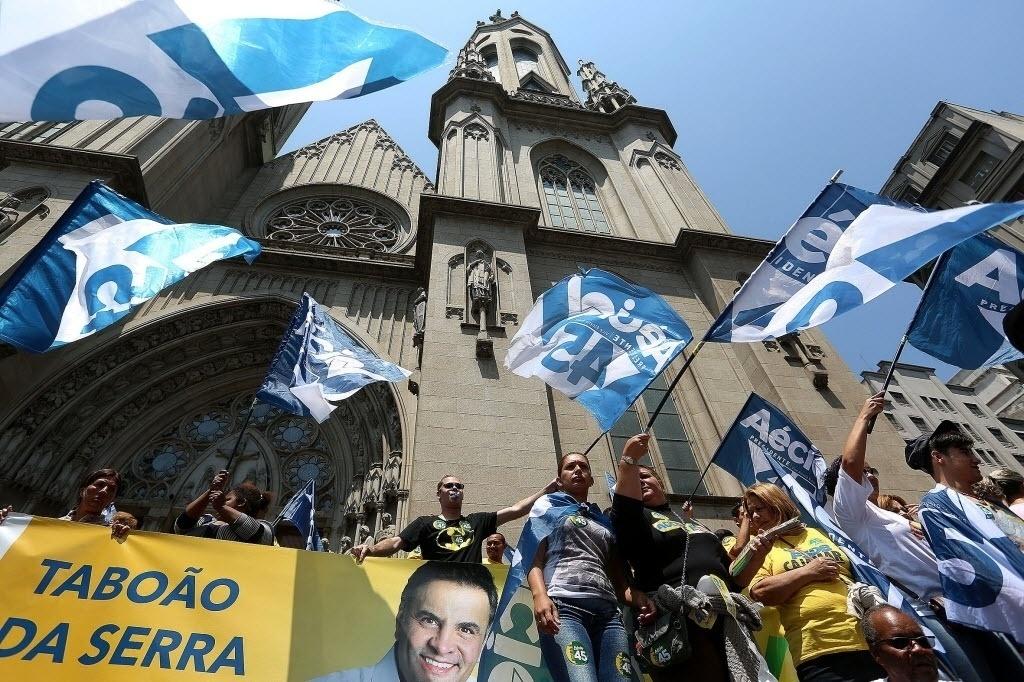 23.out.2014 - Partidários do candidato à Presidência da República pelo PSDB, Aécio Neves, agitam bandeiras durante uma manifestação no centro de São Paulo