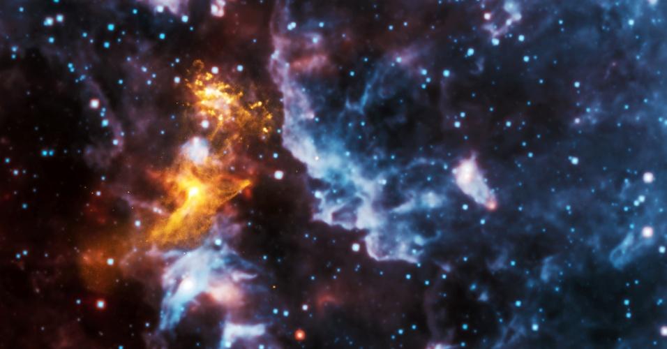 23.out.2014 - Imagem de raio-X mostra a estrela PSR B1509-58, a cerca de 17.000 anos-luz da Terra, rodeada de nuvens cósmicas de partículas energéticas que parece um rosto. Esse fenômeno é chamado de pareidolia que consiste quando as pessoas veem formas reconhecíveis nas nuvens, formações rochosas e outros objetos
