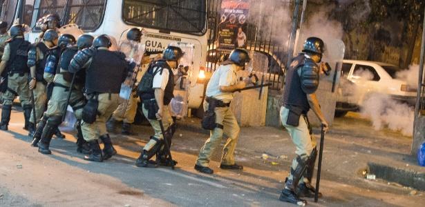 Durante o tumulto, pedras foram lançadas contra guardas municipais, que utilizaram bombas de gás lacrimogênio