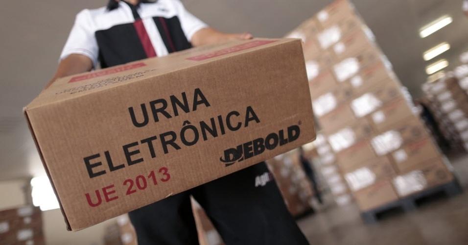 23.out.2014 - Urnas eletrônicas que serão usadas na votação do próximo domingo (26) são organizadas em Brasília (DF) para serem distribuídas pelo país. O 2º turno definirá a Presidência da República e os governadores em 14 Estados