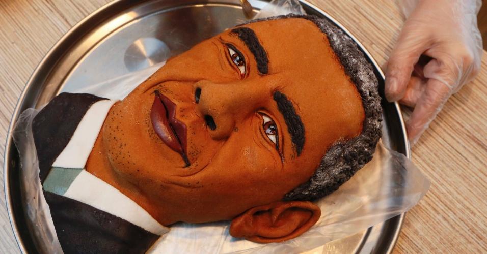 23.out.2014 - Yelena Zelenskaya, artista russa, finaliza torta que assou no formato do rosto de Barack Obama, presidente dos EUA. O nome da obra é