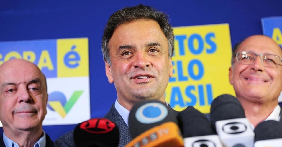 """6.out.2014 - Candidato pelo PSDB à Presidência da República, Aécio Neves discursa em coletiva de imprensa nesta segunda-feira (6), junto do governador reeleito de São Paulo, Geraldo Alckmin, e do senador eleito, José Serra, no comitê central de campanha tucano, na capital paulista. Aécio respondeu a um discurso de Dilma Rousseff (PT) neste domingo (5), no qual a presidente, ao se referir ao PSDB, havia dito que o país não queira a volta dos """"fantasmas do passado"""". De acordo com Aécio, """"o que atemoriza o Brasil são os monstros do presente, que trazem inflação alta e a corrupção"""". Sobre um possível apoio de Marina Silva no segundo turno, o candidato afirmou que é preciso """"dar tempo ao tempo"""""""