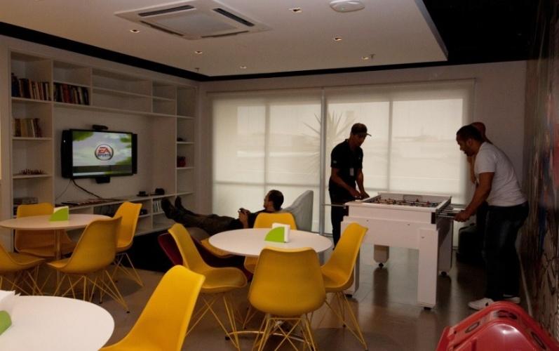 Empresa de tecnologia da informação Solve System, em São Paulo, tem massagem grátis e espaço com TV, videogame e pebolim