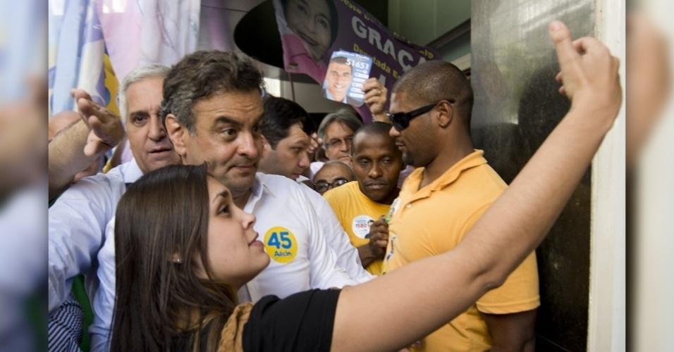 Popular nas redes sociais, os ''selfies'' (termo em inglês para autorretrato) fazem sucesso na campanha dos candidatos à Presidência da República. Na imagem, Aécio faz pose para selfie ao lado de uma eleitora durante caminhada em Niterói, no Rio de Janeiro.