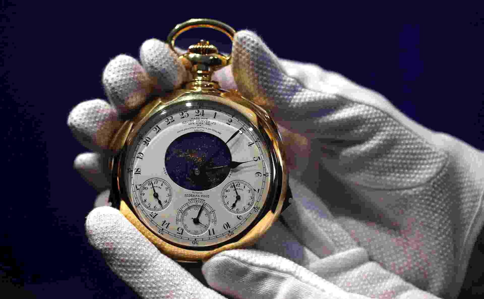 Um relógio de bolso de ouro chamado de ?Henry Graves Supercomplication?, fabricado pela suíça Patek Philippe, será leiloado pela Sotheby?s em Genebra - Suzanne Plunkett/Reuters