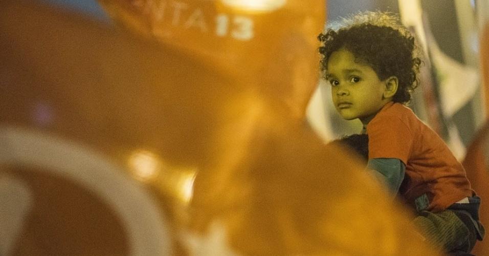 23.out.2014 - Menino participa de ato em apoio à presidente e candidata à reeleição pelo PT, Dilma Rousseff, no Largo da Batata, zona oeste de São Paulo