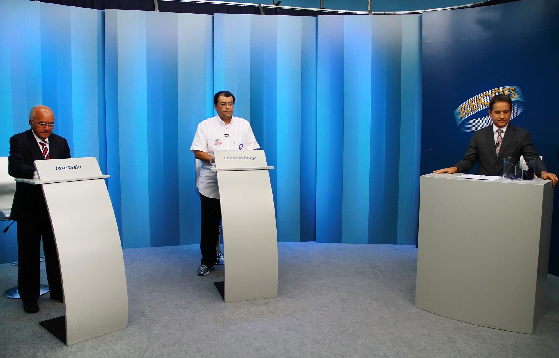 23.out.2014 - O governador do Amazonas e candidato à reeleição, José Melo (Pros, à esquerda), debate com o candidato Eduardo Braga (PMDB), em Manaus
