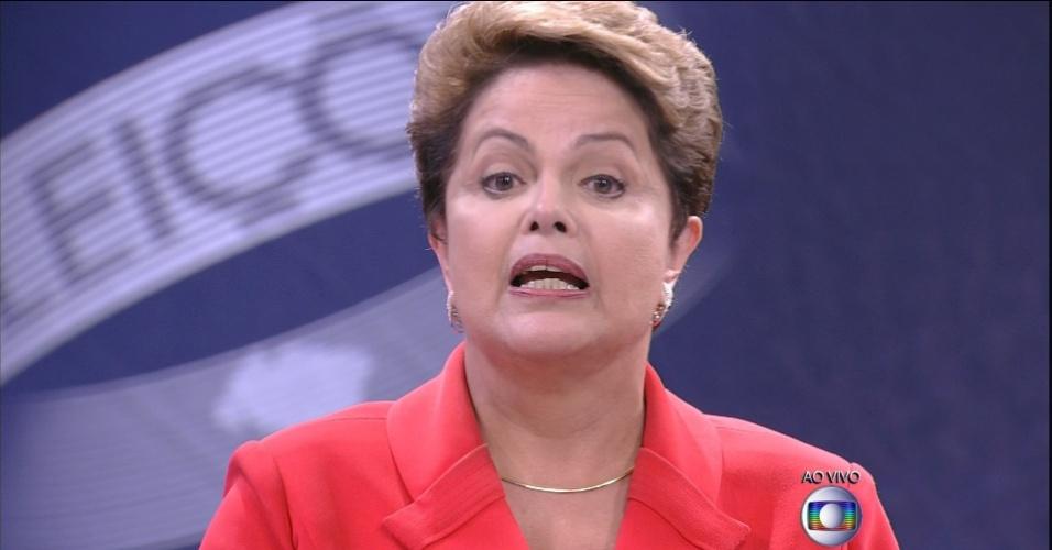 24.out.2014 - A presidente Dilma Rousseff, candidata à reeleição pelo PT, responde questionamentos de Aécio Neves, candidato do PSDB à Presidência da República, durante último debate do segundo turno das eleições presidenciais, nesta sexta-feira, no estúdio da Rede Globo, no Rio de Janeiro. No debate, Dilma Rousseff (PT) procurou fazer críticas à gestão de Fernando Henrique Cardoso (1995-2002) para desgastar Aécio Neves (PSDB), que escolheu a corrupção para tentar atingir a adversária