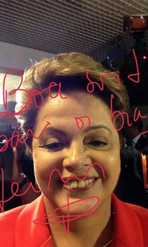 24.out.2014 - A presidente Dilma Rousseff, candidata à reeleição pelo PT, faz selfie antes do último debate do segundo turno das eleições presidenciais