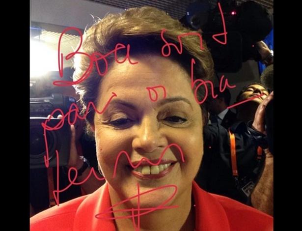 24.out.2014 - A presidente Dilma Rousseff, candidata à reeleição pelo PT,faz selfie antes do último debate do segundo turnos das eleições presidenciais