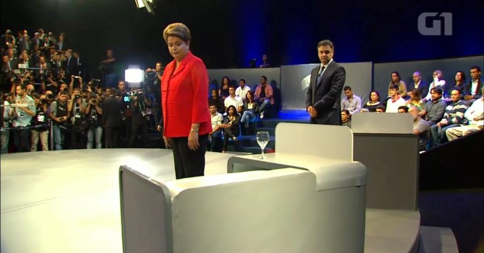 24.out.2014 - A presidente Dilma Rousseff (PT), candidata à reeleição, e Aécio Neves, candidato do PSDB à Presidência, se acomodam no estúdio da TV Globo, no Rio de Janeiro, nesta sexta-feira (24), no último debate do segundo turnos das eleições presidenciais