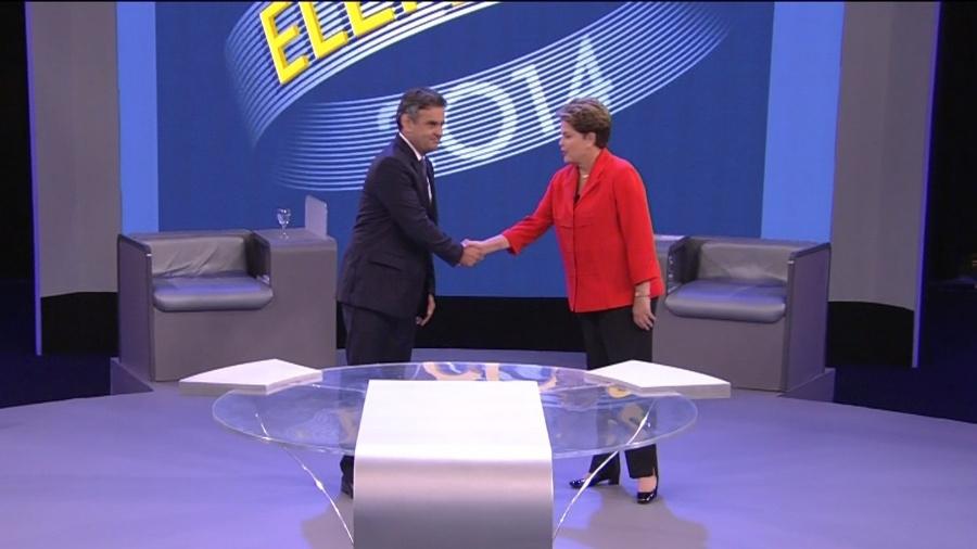 Dilma Rousseff (PT) e Aécio Neves (PSDB) se cumprimentam em debate eleitoral de 2014 para a Presidência - Reprodução/TV Globo