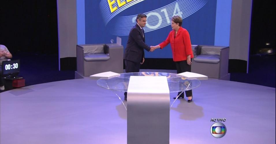 24.out.2014 - A presidente Dilma Rousseff (PT), candidata à reeleição, e Aécio Neves, candidato do PSDB à Presidência, se chegam ao estúdio da TV Globo, no Rio de Janeiro, se cumprimentam antes do último debate do segundo turno das eleições presidenciais, nesta sexta-feira (25). No debate, Dilma Rousseff (PT) procurou fazer críticas à gestão de Fernando Henrique Cardoso (1995-2002) para desgastar Aécio Neves (PSDB), que escolheu a corrupção para tentar atingir a adversária