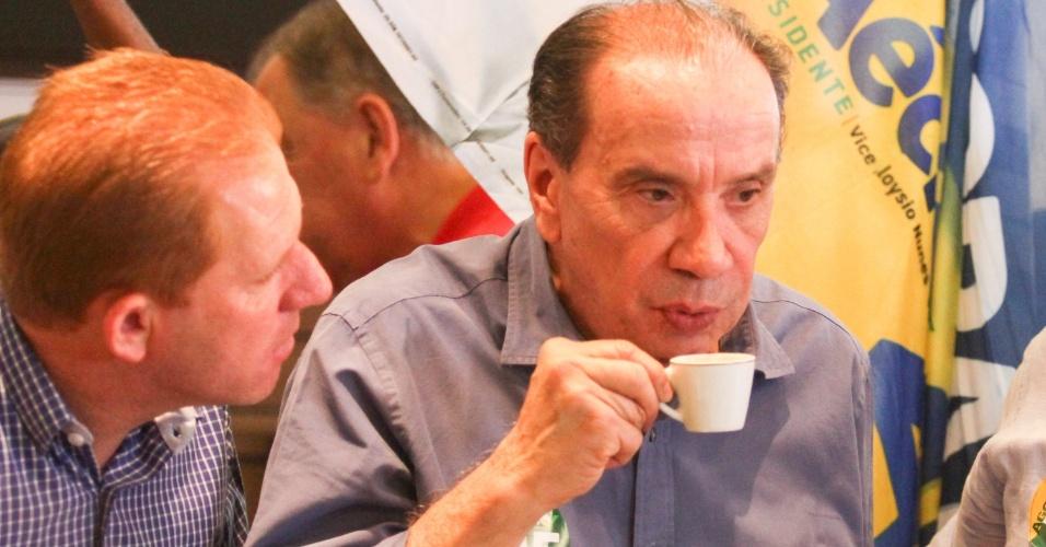 24.out.2014 - Aloysio Nunes (PSDB), candidato a vice-presidente na chapa do tucano Aécio Neves, participa de passeata no centro de Campinas (SP). Aécio está no Rio de Janeiro, onde participará de um debate na TV Globo