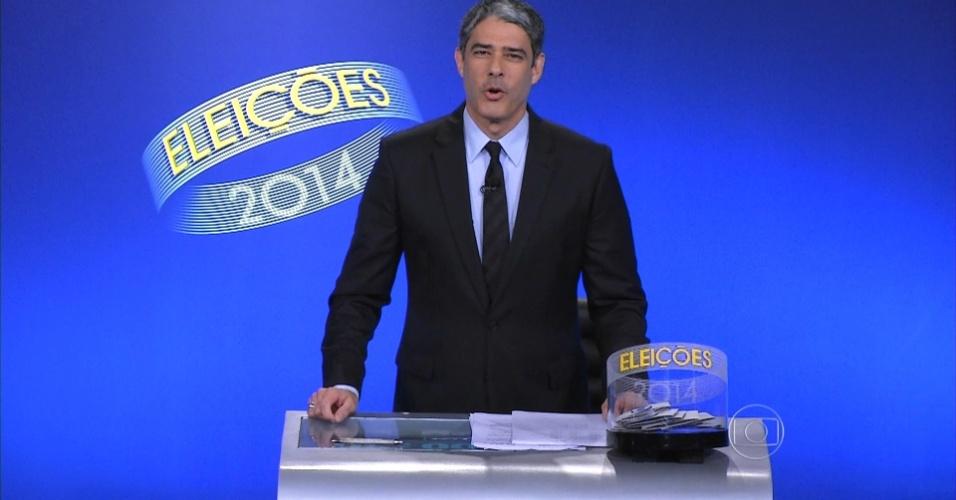 24.out.2014 - Apresentador William Bonner cita as regras do último debate do segundo turnos das eleições presidenciais, no estúdio da Rede Globo, no Rio de Janeiro, nesta sexta-feira (25)