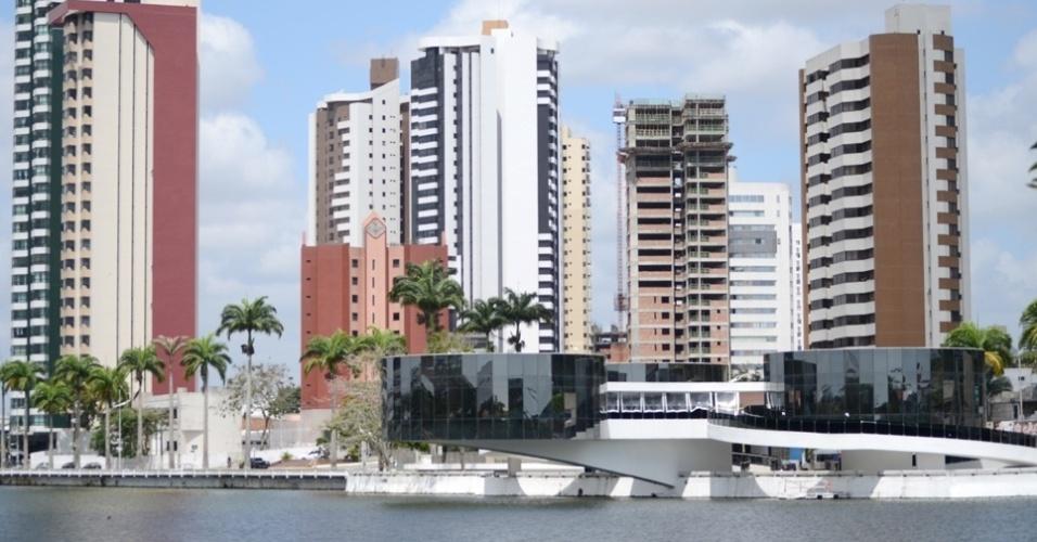 """24.out.2014 - Às margens do Açude Velho, em Campina Grande (PB), o museu dos """"Três Pandeiros"""" leva a assinatura do arquiteto Oscar Niemeyer"""