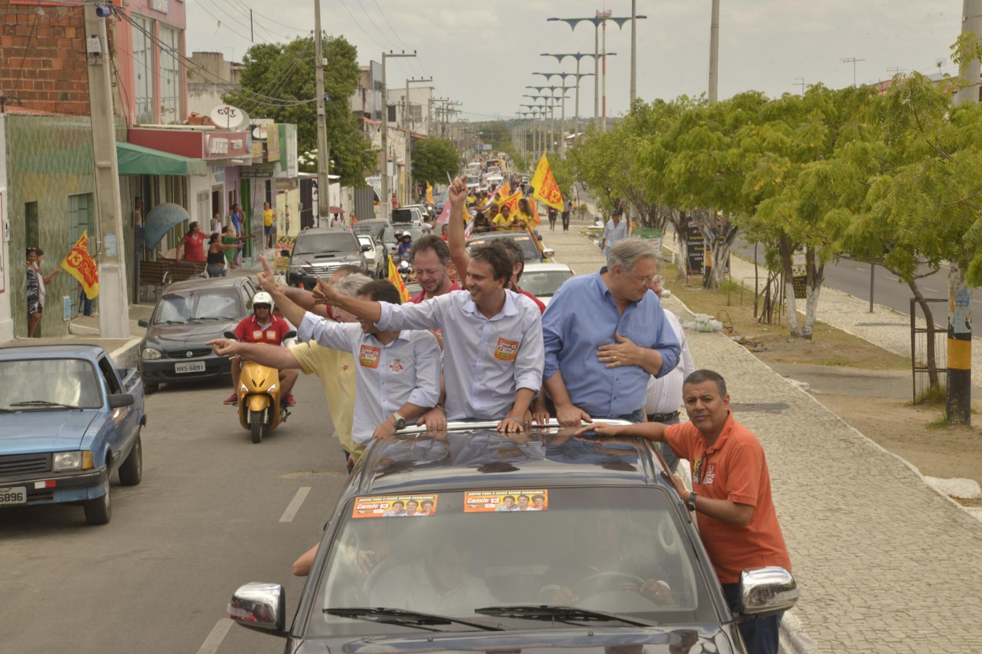 24.out.2014 - Camilo Santana, candidato do PT ao governo do Ceará faz carreata em Maracanaú, na região metropolitana de Fortaleza. O candidato está à frente na última pesquisa divulgada pelo Datafolha, nessa quinta-feira (23). Ele aparece com 57% das intenções de voto, contra 43% de Eunício Oliveira (PMDB)