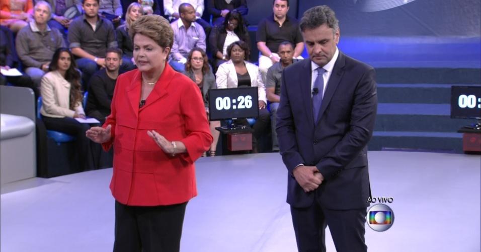 24.out.2014 - Candidatos Dilma Rousseff (PT) e Aécio Neves (PSDB) respondem perguntas de eleitores indecisos durante último debate do segundo turno das eleições presidenciais, nesta sexta-feira, em estúdio da TV Globo. No debate, Dilma Rousseff (PT) procurou fazer críticas à gestão de Fernando Henrique Cardoso (1995-2002) para desgastar Aécio Neves (PSDB), que escolheu a corrupção para tentar atingir a adversária