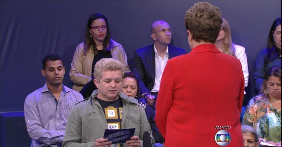 24.out.2014 - Dilma Rousseff (PT) responde questionamento de eleitores indecisos durante último debate do segundo turno das eleições presidenciais, nesta sexta-feira, em estúdio da TV Globo. No debate, Dilma Rousseff (PT) procurou fazer críticas à gestão de Fernando Henrique Cardoso (1995-2002) para desgastar Aécio Neves (PSDB), que escolheu a corrupção para tentar atingir a adversária