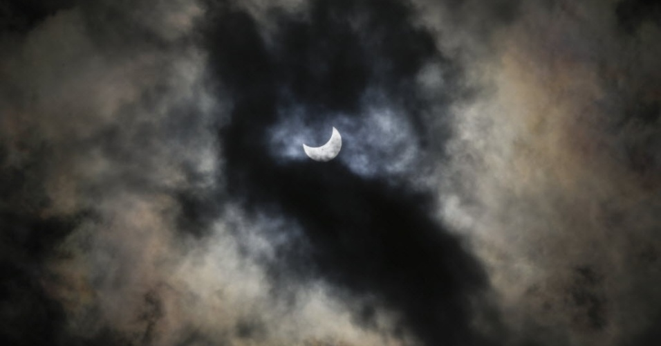24.out.2014 - Um eclipse parcial do Sol é retratado entre nuvens em Bellingham (Washington), nos Estados Unidos. Segundo a Nasa (agência espacial americana), o eclipse pode ser visto em grande parte da América do Norte