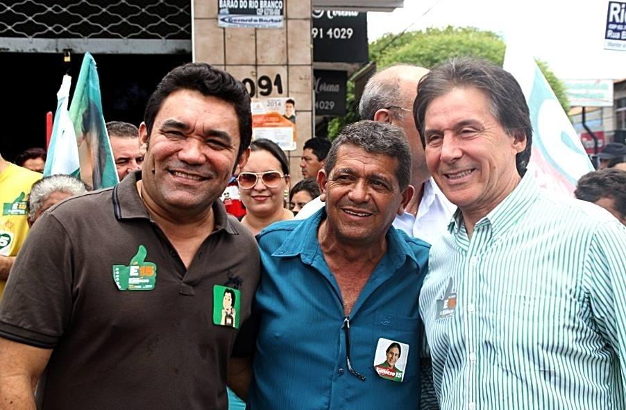24.out.2014 - Eunício Oliveira, candidato do PMDB ao governo do Ceará, tirou foto com eleitores em Cratéus, no sertão do Estado. Ele tem 43% das intenções de voto, contra 57% de Camilo Santana (PT), segundo pesquisa Datafolha divulgada nessa quinta-feira (23)
