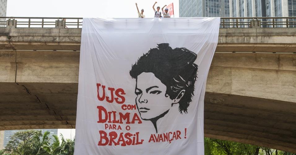 24.out.2014 - Militantes do PT concentram-se na praça do Patriarca, no centro de São Paulo, para ato em apoio à presidente e candidata à reeleição, Dilma Rousseff