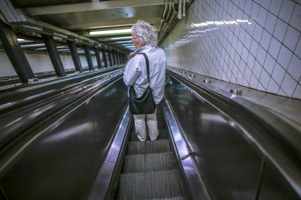 24.out.2014 - Mulher usa escada rolante na linha A do metrô de Nova York (EUA), nesta sexta-feira (24). Autoridades de NY estão à procura de pessoas que tiveram contato com o médico Craig Spencer, 33, hospitalizado em Nova York com o ebola nesta quinta-feira (23). Para isso, estão mapeando todos os locais por onde o médico passou desde que chegou aos EUA na sexta-feira passada, depois de passar uma temporada trabalhando na Guiné-- um dos países mais atingidos pela epidemia de ebola. Segundo as autoridades, desde que chegou à Nova York, ele visitou um parque, fez uma refeição em um restaurante, visitou um boliche no Brooklyn, andou de metrô pelo menos três vezes e fez uma corrida de quase cinco quilômetros
