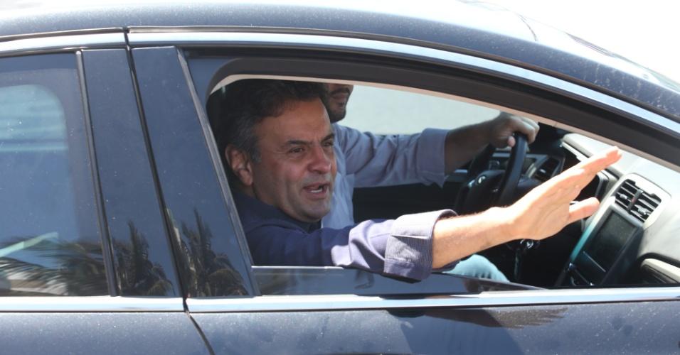 24.out.2014 - O candidato à Presidência da República pelo PSDB, Aécio Neves, acena para eleitores ao deixar seu apartamento em Ipanema, no Rio de Janeiro. À noite, ele participará de um debate na TV Globo