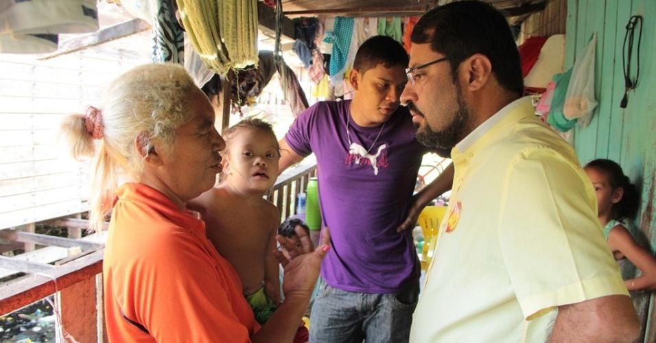 24.out.2014 - O candidato ao governo do Amapá pelo PSB, Camilo Capiberibe, fez campanha no bairro de Buritizal, em Macapá. De acordo com pesquisa Ibope divulgada no último dia 17, Capiberibe está em segundo lugar na disputa, com 34% das intenções de votos válidos. O candidato Waldez Góes (PDT) lidera a corrida, com 66%