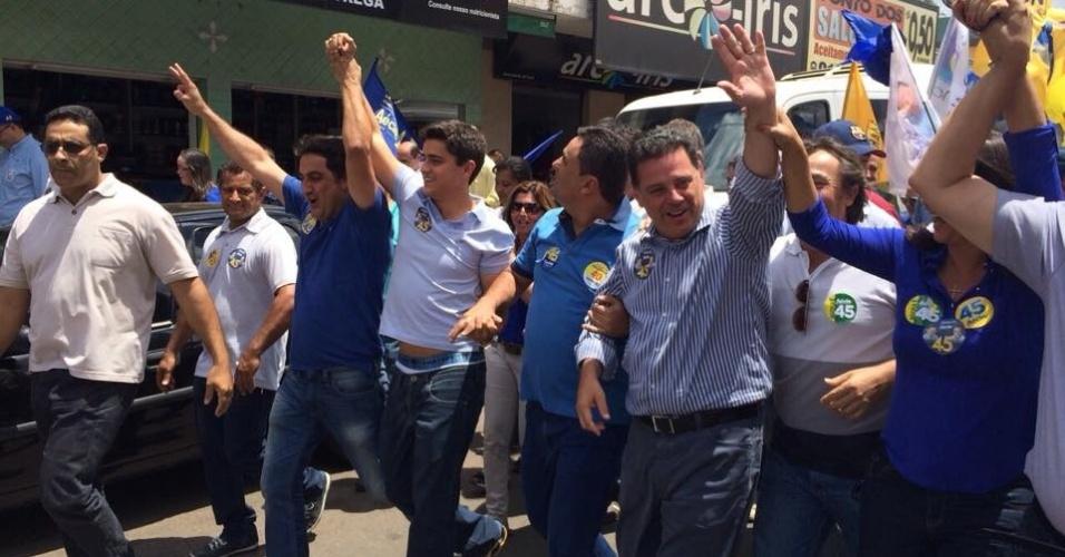 24.out.2014 - O governador de Goiás e candidato à reeleição pelo PSDB, Marconi Perillo, faz caminhada com correligionários em Luziânia. Segundo pesquisa eleitoral divulgada pelo Ibope em 21 de outubro, ele tem 60% das intenções de voto, contra 40% de Iris Rezende (PMDB)