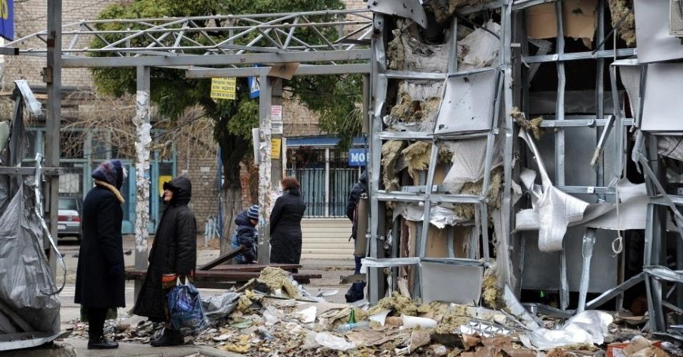 24.out.2014 - Pessoas caminham entre destroços de um mercado de Kouybichev, perto do aeroporto de Donetsk, na Ucrânia, que foi atingido por um bombas de ataques aéreos nesta sexta-feira (24). Os conflitos entre militantes pró-Rússia e ucranianos fez com que mais de 824 mil pessoas a abandonassem suas casas em território ucraniano, de acordo com dados divulgados pela agência de refugiados da ONU (Organização das Nações Unidas)