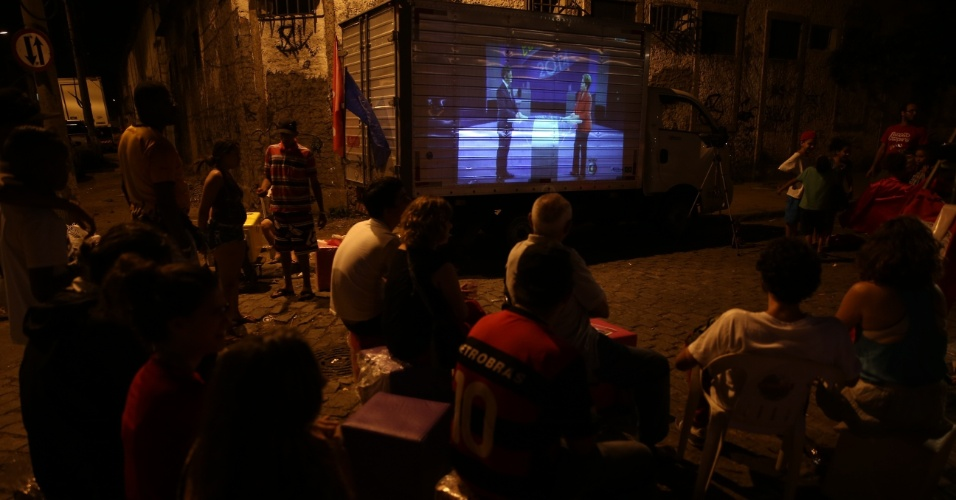 24.out.2014 - Moradores da na Vila Mimosa, no Rio de Janeiro assistem ao debate entre os candidatos Dilma Rousseff (PT) e Aécio Neves (PSDB), nesta sexta-feira (24)