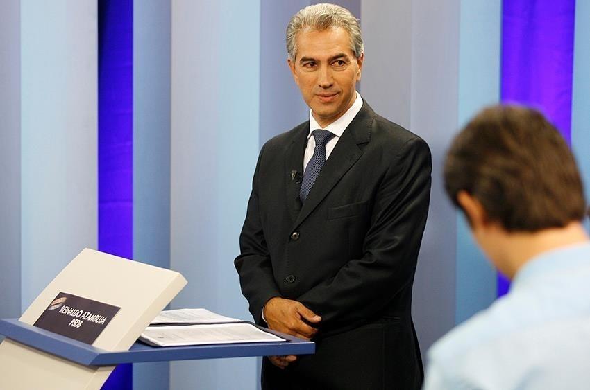 24.out.2014 - Reinaldo Azambuja (PSDB) participa do último debate antes do segundo turno, promovido pela TV Morena, afiliada da TV Globo, na noite desta quinta-feira (23). A disputa no Mato Grosso do Sul é uma das mais acirradas do país, com cenário de empate técnico nas pesquisas. No último levantamento do Ibope, Azambuja aparece com 51% das intenções de voto, contra 49% de seu adversário, Delcídio do Amaral (PT)
