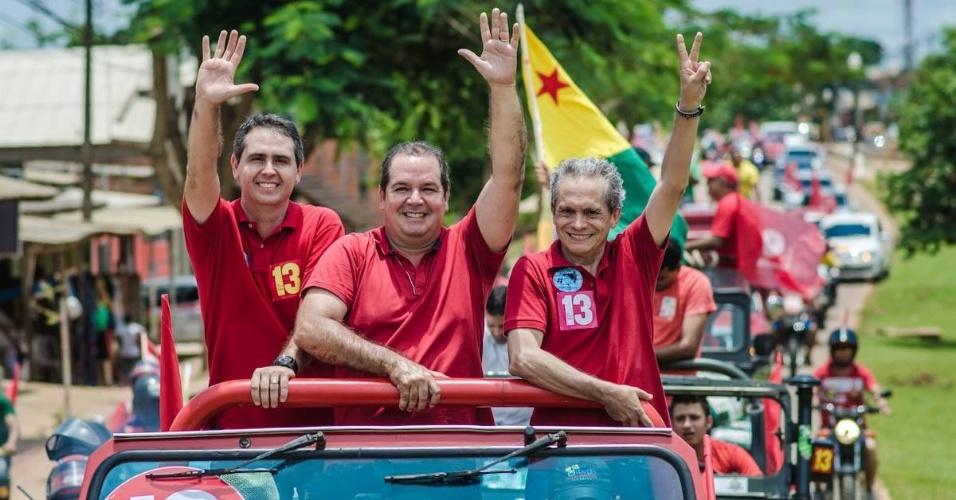 24.out.2014 - Tião Viana (ao centro), governador e candidato do PT à reeleição no Acre, faz carreata em Rio Branco. Em pesquisa Ibope divulgada no dia 17, o candidato aparece com 53% dos votos, à frente de Márcio Bittar, do PSDB, que tem 47%
